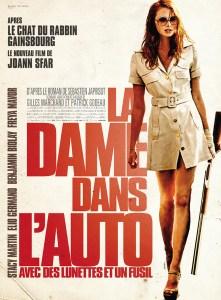 LA+DAME+DANS+L'AUTO+AVEC+DES+LUNETTES+ET+UN+FUSIL